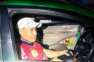 CSGT truy đuổi tên cướp kề dao vào cổ tài xế taxi
