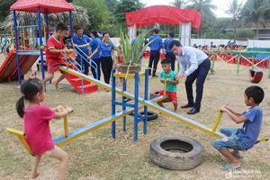Đoàn thanh niên các tỉnh Bắc Trung bộ trao tặng công trình sân chơi trẻ em ở Con Cuông