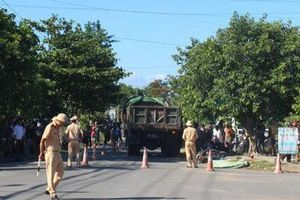 Quảng Trị: 3 mẹ con va chạm với xe tải, mẹ tử vong, 2 con bị thương