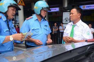 Xử phạt nhiều xe hợp đồng vi phạm ở khu vực sân bay Tân Sơn Nhất