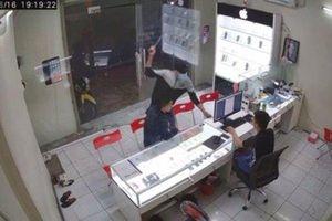 Truy bắt đối tượng dùng hung khí chém chủ cửa hàng điện thoại ở Sài Gòn