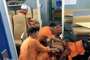 Thừa Thiên – Huế: Cứu nạn 2 thuyền viên bị thương nặng ngoài biển đảo Bạch Long Vỹ