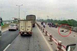 Xe máy tông vào thành cầu Thanh Trì, người đàn ông tử vong tại chỗ