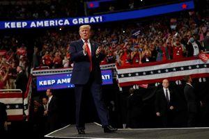 Khởi động tái tranh cử, Tổng thống Trump 'dương Đông, kích Tây'