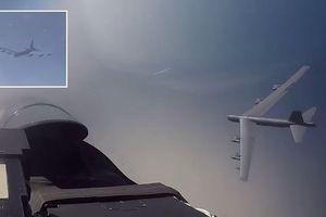 Cận cảnh Su-27 Nga 'đánh chặn' máy bay ném bom chiến lược B-52H của Mỹ
