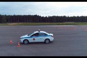 Cố gắng quay 180, xe cảnh sát quân đội Nga lật nhào