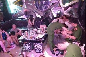 73 nam nữ quay cuồng với ma túy trong quán karaoke