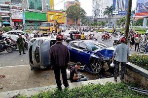 Hàng loạt xe máy, ô tô bị tông khi chờ đèn đỏ