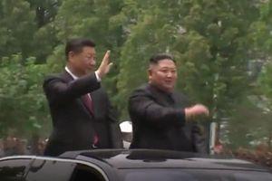 Ông Kim và ông Tập đi xe mui trần vẫy chào biển người Triều Tiên