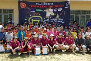 Trao tặng 176 chiếc đèn từ dự án dạy học 'Thắp sáng Tri thức'