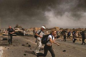 Những nguy hiểm chực chờ khi phóng viên tác nghiệp ở chiến trường