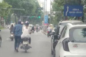Chỉ trích cô gái ngồi trên xe để chàng trai đẩy đi trong mệt nhọc trên đường, người chia sẻ hình ảnh bị dân mạng 'ném đá' bởi lý do này