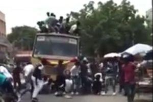 Xe buýt phanh gấp, hàng chục sinh viên bay xuống đường