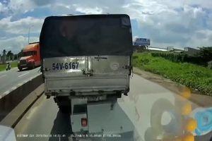 Clip: Cay cú vì bị vượt, tài xế xe ben hùng hổ cầm cờ lê đập vỡ kính xe tải