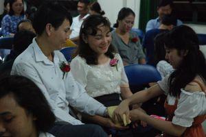 Học sinh TP.HCM lau tay cho cha mẹ trong buổi lễ tri ân