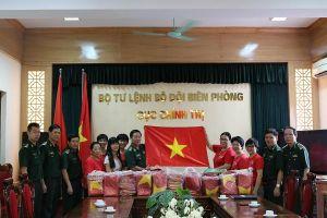Tặng 1.000 lá cờ Tổ quốc cho ngư dân