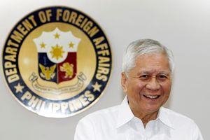 Cựu ngoại trưởng Philippines cứng rắn với TQ bị giữ khi đến Hong Kong