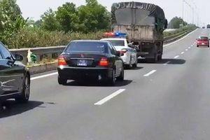 Tài xế xe tải không nhường đường cho xe ưu tiên bị tước bằng 2 tháng