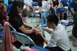 Xúc động hình ảnh học sinh lau tay cho cha mẹ trong buổi lễ tri ân