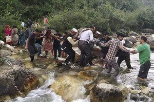Xe buýt rơi xuống hẻm núi Ấn Độ khiến 44 người thiệt mạng