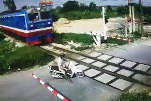 Người đàn ông đánh lái 'né' đoàn tàu thoát chết trong gang tấc