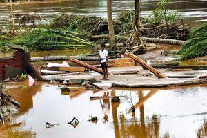 Tác nghiệp ở tâm lũ vỡ đập thủy điện Nam Lào