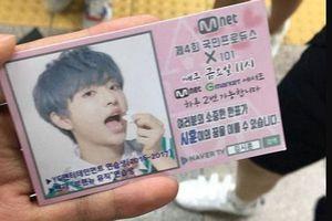 Cha và bà của Kim Si Hoon phát tờ rơi trên đường để kêu gọi ủng hộ anh trong Produce X 101