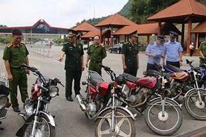 Bàn giao xe môtô nhập lậu cho Công an tỉnh Quảng Tây (Trung Quốc)