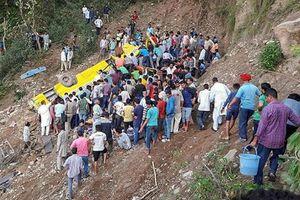 Xe bus lao xuống hẻm núi ở Ấn Độ, ít nhất 32 người thiệt mạng