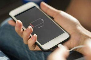 Vừa dùng vừa sạc, iPhone phát nổ nát tay