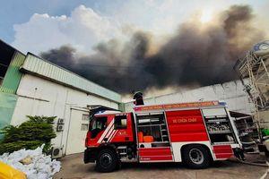 Lửa bao trùm nhà xưởng 1.000 m2 ở khu công nghiệp Sóng Thần 2