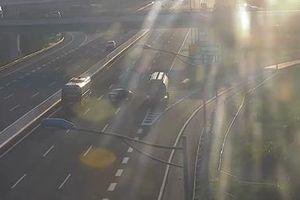 Suýt gây tai nạn thảm khốc vì ô tô đi lùi trên cao tốc Hà Nội - Hải Phòng