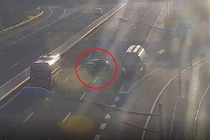 Thót tim cảnh ô tô đi lùi trên cao tốc Hà Nội - Hải Phòng suýt gây tai nạn kinh hoàng