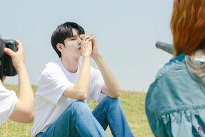 Ngắm tạo hình nam sinh 'đẹp hơn hoa' của Ong Seong Woo (Wanna One) trong phim 'Moments of 18'