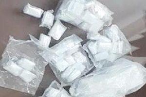 Kẻ bán ma túy giấu súng và 950 viên đạn trong nhà