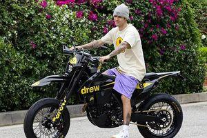 Justin Bieber ăn vận khỏe khoắn, vui vẻ lái xe máy ra phố dạo chơi