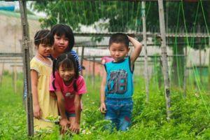 Xóm nhà lá giữa Sài Gòn nơi lũ trẻ hồn nhiên kéo dây thừng phụ giúp bố mẹ mưu sinh