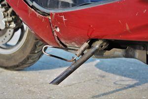Quên gạt chân chống xe máy khi di chuyển có phạm luật không?
