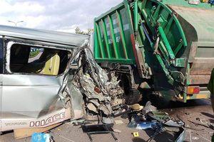 Ô tô 16 chỗ nát bươm sau cú tông xe rác, nguyên nhân nghi do tài xế ngủ gật
