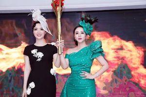 Hoa hậu Giáng My trao đuốc 'truyền cảm hứng' cho Nữ hoàng hoa hồng Thanh Hương