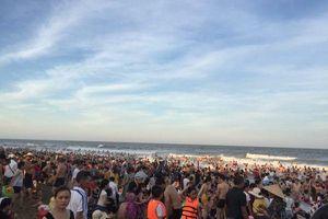Biển Sầm Sơn đông nghịt người ngày nắng nóng trên 40 độ C
