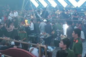 Công an ập vào quán bar lúc 1h khuya, hơn 300 dân chơi xăm trổ hoảng hốt tháo chạy