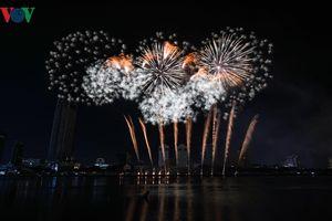 Lễ hội pháo hoa: Đội Trung Quốc vẽ câu chuyện lãng mạn trên sông Hàn