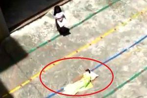 Trung Quốc: Cô giáo mầm non phạt trẻ ngủ giữa sân xi măng ngoài trời nắng 33 độ C