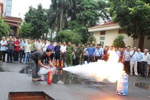 Hàng trăm người dân và đội viên bảo vệ được trang bị kỹ năng xử lý hỏa hoạn