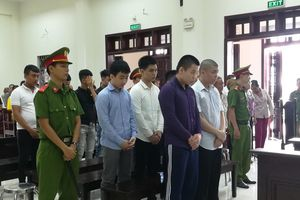 Đang xét xử 10 bị cáo truy đuổi làm chết người chở bạn gái