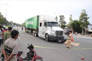 'Chạm' xe container, 1 người đi xe máy tử vong