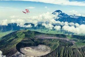 Bạn có dám nhảy dù trên đỉnh núi lửa đang chực chờ phun?
