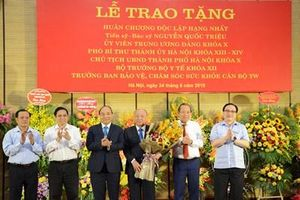 Trao tặng đồng chí Nguyễn Quốc Triệu Huân chương Độc lập hạng Nhất