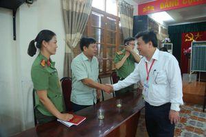 Thứ trưởng Nguyễn Hữu Độ động viên cán bộ coi thi tại cụm thi TP Hải Phòng
